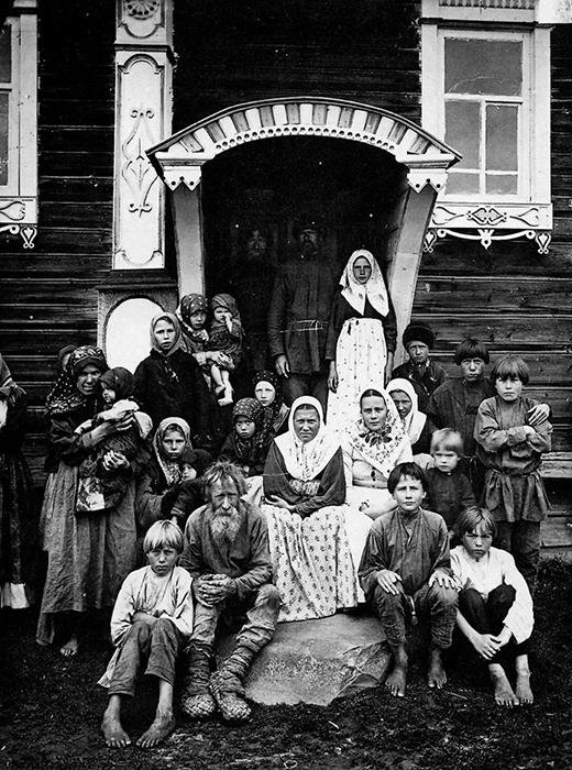 Un groupe de vieux-croyants dans le village de Kouznetsovo.