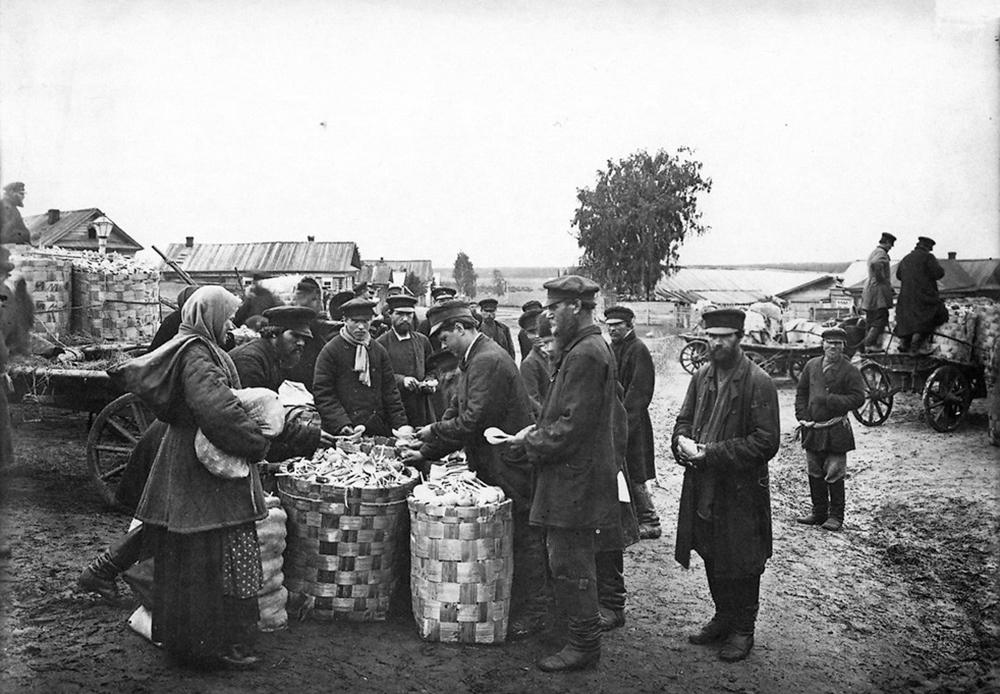 Vente de cuillers sur le marché de la ville de Semenov.
