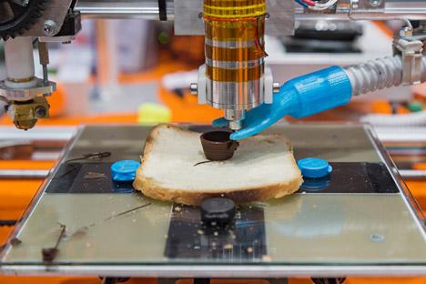 Une imprimante 3D fabrique une tasse de chocolat.