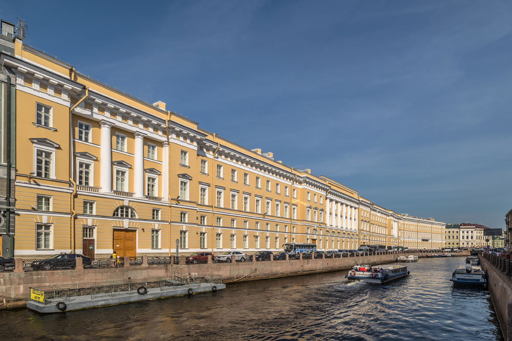 Најпознатије Росијево дело је зграда Главног штаба на Дворском тргу. Руска војска још увек управља једним делом ове грађевине, док је у остатку здања смештен Државни музеј Ермитаж.