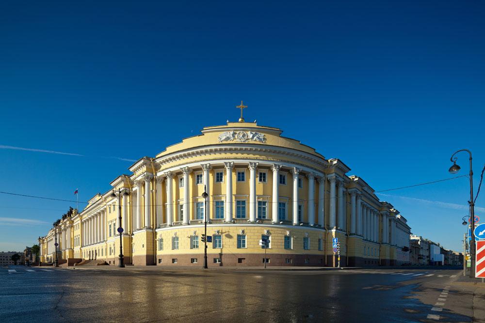 """Росијев неокласицистички стил одлично је пристајао зградама државне управе. Попут здања Главног штаба, и зграде Сената и Синода требало је да одсликају моћ Руске империје. И данас се овде организују важне церемоније, будући да су ту смештени Уставни суд Руске Федерације и Председничка библиотека """"Б. Н. Јељцин""""."""