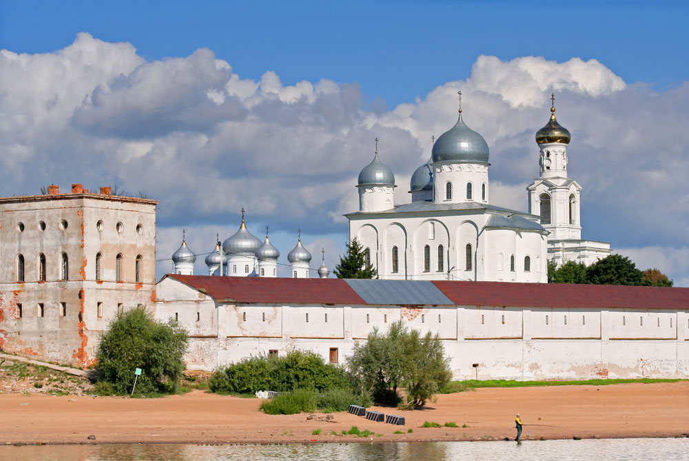 Rossi even tried his hand at traditional cross-in-square architecture. He constructed the bell tower of Yuriev Monastery in Novgorod, the oldest in Russia, dating back to the XI century.