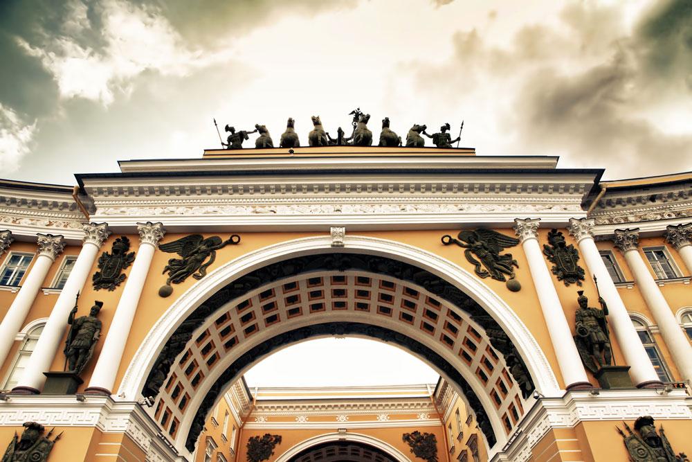 Најбоље архитекте тог времена учествовале су у изградњи новог и амбициозног града на Неви. Импресивна здања у стилу касног барока, настала у 18. веку према пројектима Бартоломеа Растрелија, дала су новој престоници јединствену и елегантну појаву. // Тријумфални лук на згради Главног штаба.
