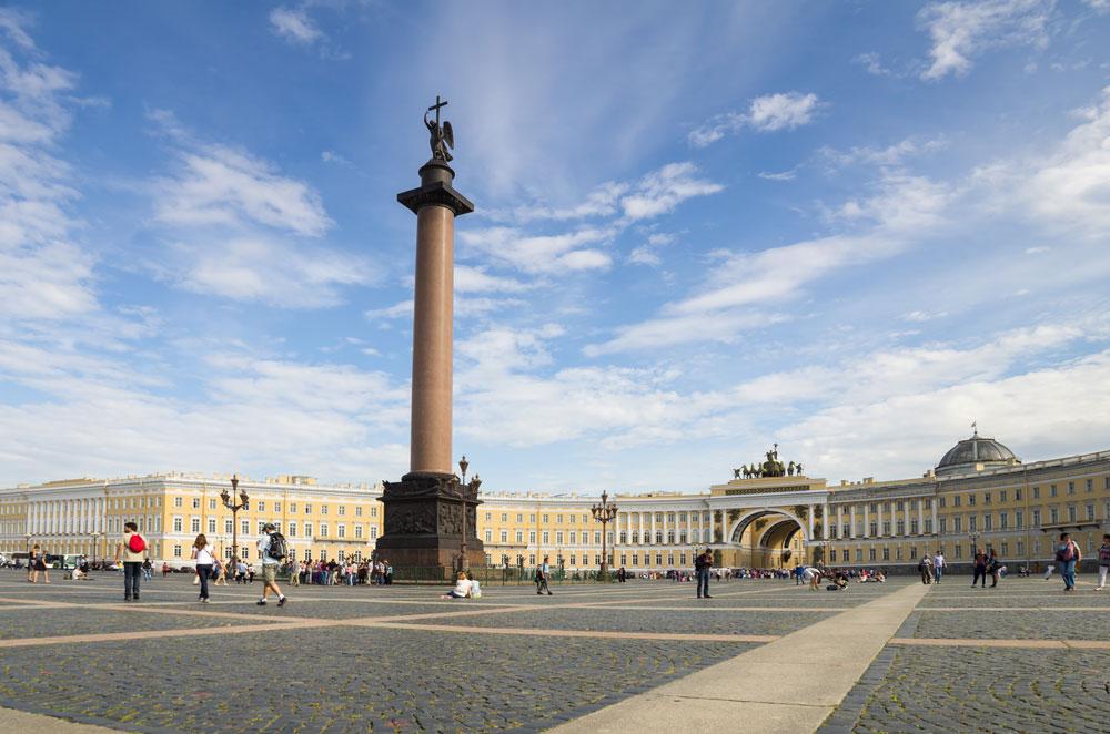 Карло Роси један је од оних архитеката без којих би било немогуће замислити данашњи Санкт Петербург, прави драгуљ Русије. // Здање Главног штаба и Александров стуб на Дворском тргу.