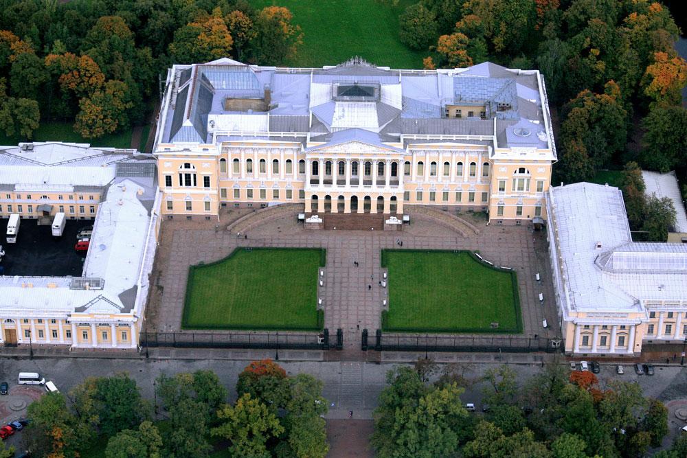 Друго Росијево ремек-дело, Михајловски дворац, прави је драгуљ империјалног стила. Архитекта је, поред палате, пројектовао и унутрашњу башту, трг испред здања и две оближње улице. Од краја 19. века зграда се налази у власништву државе и у њој је смештен Руски музеј.