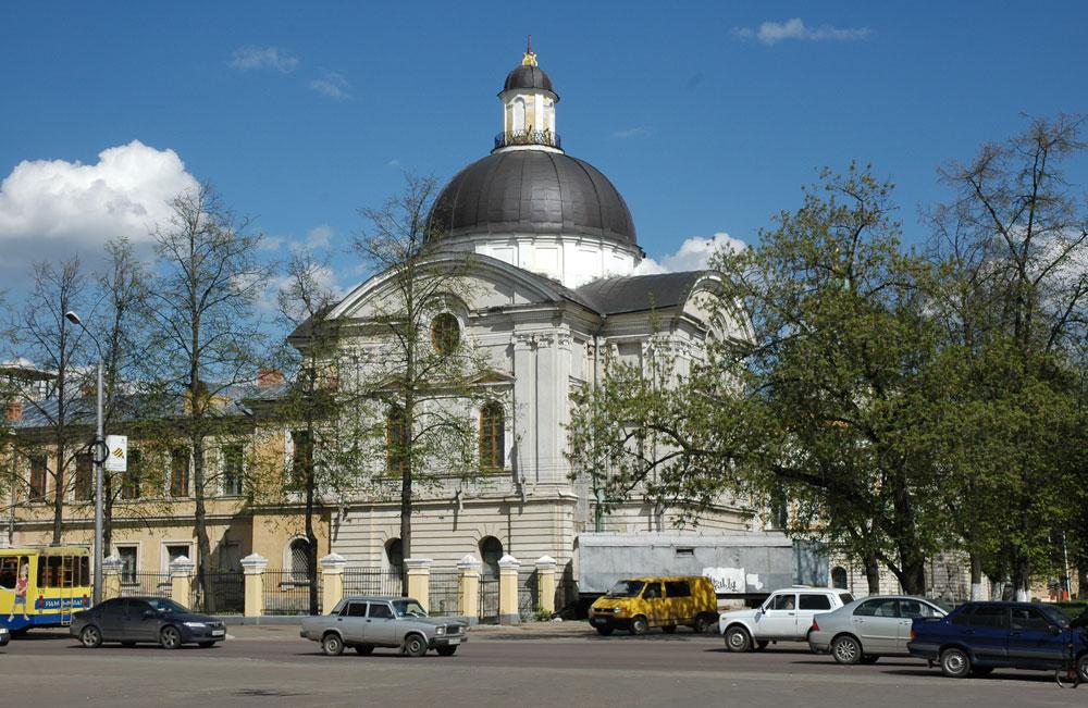 Роси је оставио трага и ван руских престоница, на пример у Тверу, где се налази такозвани Тверски императорски путни дворац. Палату у неокласицистичком стилу, у којој су чланови владарске породице одседали током путовања од Санкт Петербурга до Москве, Роси је реконструисао средином 19. века.