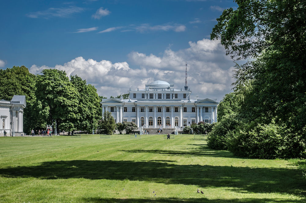 Јелагински дворац, Росијево рано дело, био је летња царска резиденција. Дворац је оштећен током опсаде Лењинграда да би касније био реконструисан.