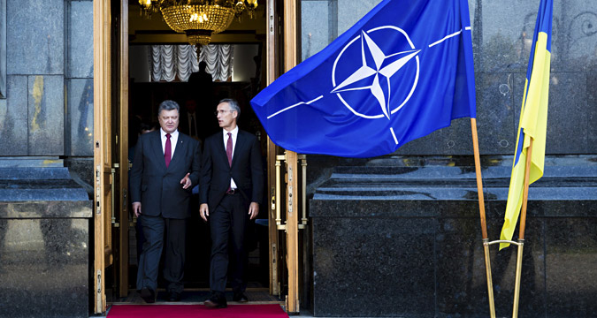 Presiden Ukraina Petro Poroshenko (kiri) and Sekretaris Jenderal NATO Jens Stoltenberg dalam sebuah konferensi pers di Ukraina.