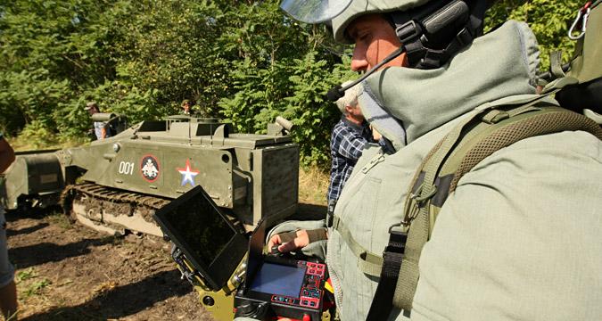 Soldado opera sistema robótico Uran por controle remoto para desativar minas na Tchetchênia