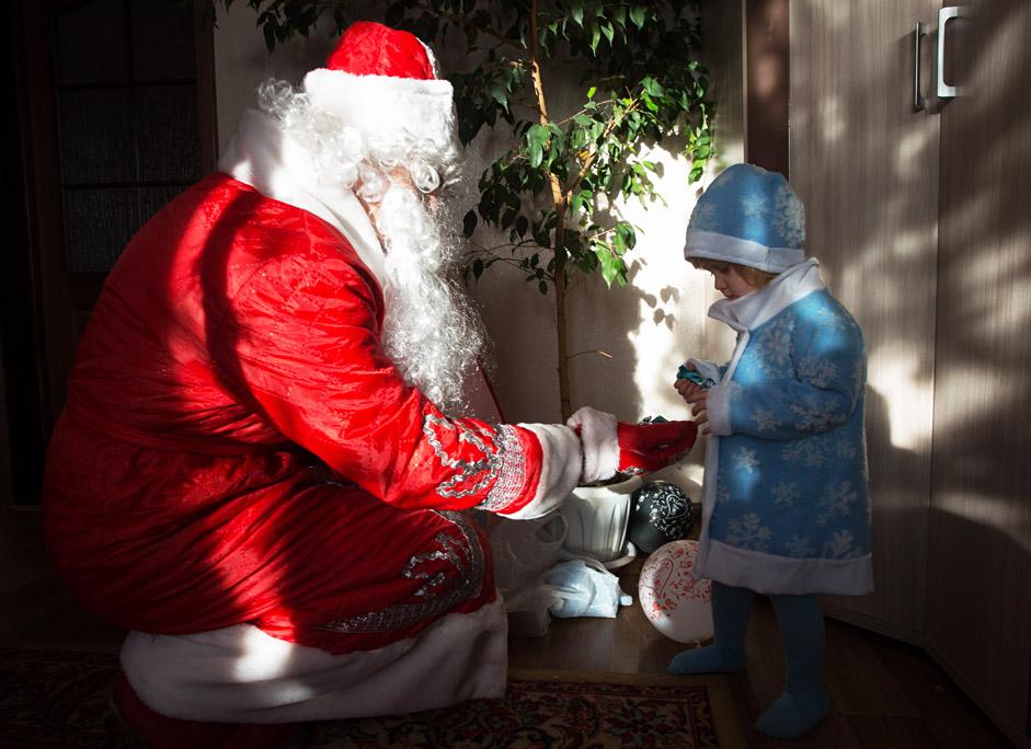 Дядо Мраз поздравява дете в с. Астировка, Омска област.