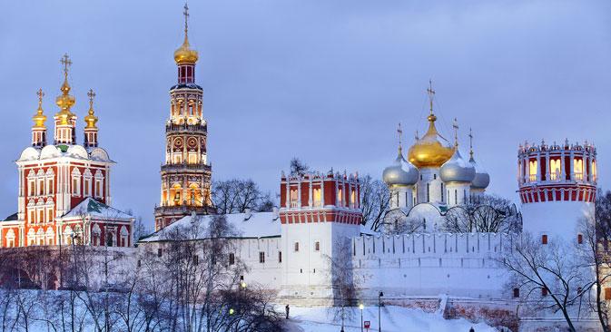 Perbedaan utama dari gereja Ortodoks yang terlihat dari luar — jika dibandingkan dengan gereja Katolik — adalah bentuk atap gereja yang berupa kubah, seperti masjid (perpaduan bentuk bawang dan helm).