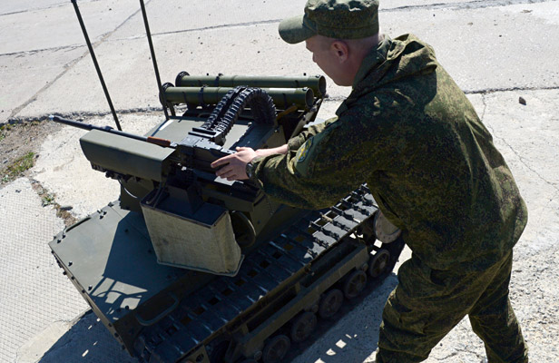 A serviceman of the task force units of the Eastern Military District operates the Platform-M robotic complex during an operation to prevent hypothetical terrorists from getting to a Defense Ministry facility. Foto: Vitaliy Ankov/RIA Novosti