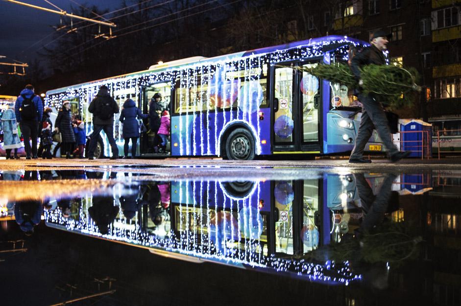 """Пътници до """"вълшебния"""" тролейбус, който е проект на благотворителния фонд на актьора Константин Хабенски, в град Химки, близо до Москва."""