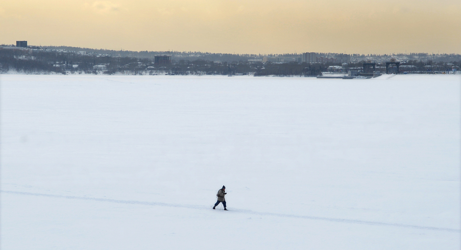 Warga bermain ski di atas permukaain air teluk yang membeku di Stasiun Pembangkit  Listrik Tenaga Air Irkutsk, Kota Irkutsk, Minggu (4/1/15).