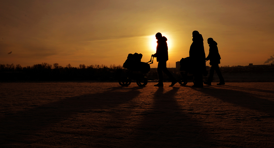 Matahari bersiap membenamkan diri sekitar pukul empat sore di Kota Irkutsk, Minggu (4/1/15).
