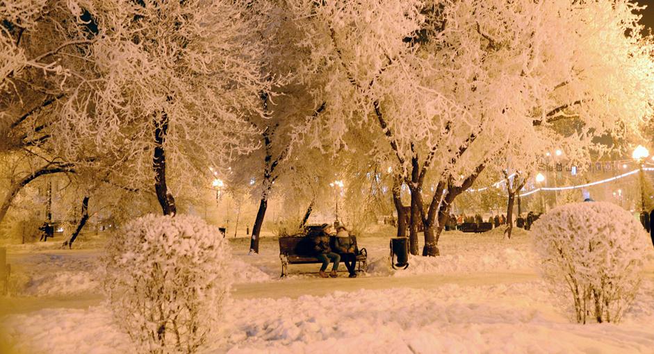 Warga menikmati malam di Kirov Square, Kota Irkutsk, Senin (22.12.14). Pada musim dingin, hari didominasi oleh malam karena matahari bersinar hanya 7-9 jam.