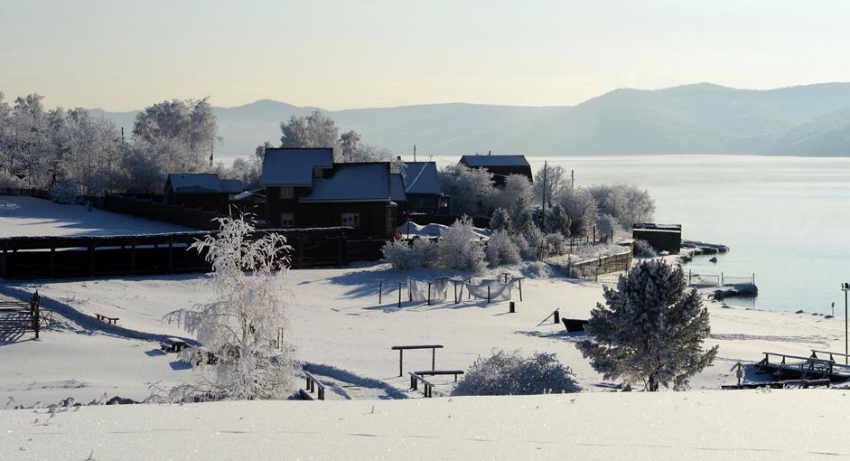 Tepi Sungai Angara. Museum Taltsy terletak di tepi Sungai Angara, 20 kilometer di utara Baikal dan 47 kilometer di selatan Irkutsk. Dalam salah satu bahasa lokal Angara berarti 'Sungai Deras'. Derasnya arus Angara, membuat sungai ini tak pernah membeku meski dalam cuaca paling dingin sekalipun.
