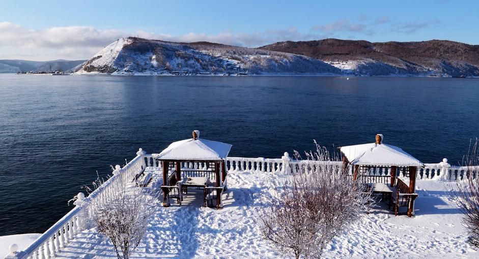 Angara 'Melarikan Diri' dari Baikal. Sisi Danau Baikal tempat mengalirnya air ke Sungai Angara, Provinsi Irkutsk, Rabu (24/12/14). Baikal menampung aliran air dari 336 sungai, sedangkan Angara adalah satu-satunya sungai yang mengalirkan air dari danau terdalam di dunia tersebut. Menurut legenda, Baikal memiliki anak gadis bernama Angara yang memutuskan lari dengan kekasihnya karena tidak direstui sang ayah. Baikal pun melempar batu ke pasangan kekasih itu. Batu itu kini dikenal dengan nama 'Shaman' yang dapat dilihat seperti titik putih di air, sebelah kanan atas foto yang menjadi batas antara Baikal dan Angara.