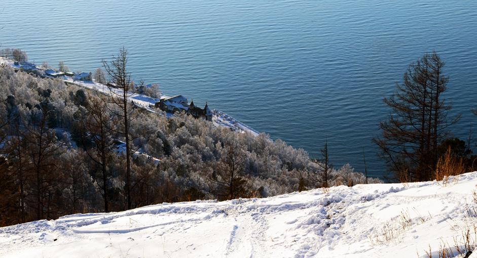 Baikal - Mutiara Siberia. Pemandangan Danau Baikal  dari puncak Cherskiy, Provinsi Irkutsk, Rabu (24/12/14). Danau berjulukan 'Mutiara Siberia' ini berkedalaman 1.637 meter  yang merupakan danau terdalam dan terbersih di dunia . Selain itu, Baikal juga menjadi salah satu penyimpan cadangan air tawar terkaya di dunia yang merupakan rumah bagi lebih dari 5.000 spesies hewan dan tumbuhan, 2.000 di antaranya adalah endemik.