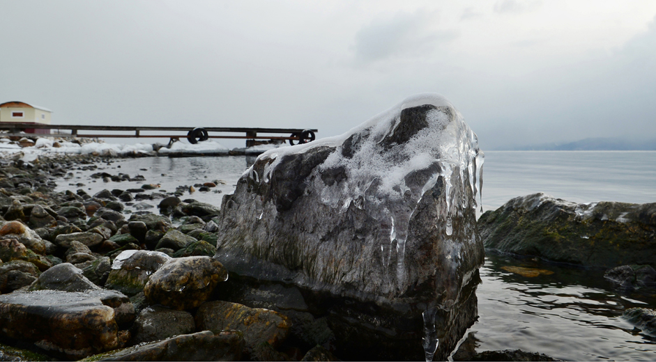 'Batu Es'. Es menyelimuti batu di tepi Danau Baikal, Desa Angasolka, Propinsi Irkutsk, Jumat (26/12/14). Seluruh permukaan Baikal biasanya membeku sepenuhnya sekitar akhir Januari dengan ketebalan es mencapai dua meter di beberapa tempat. Pada pertengahan Maret banyak orang mengendarai mobil di atas permukan danau yang beku dan memancing ikan dengan melubangi es.