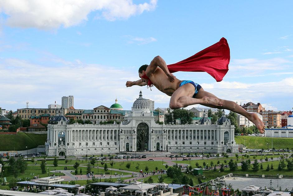 チェコのミハル・ナブラーチルが、男子27mハイダイビング決勝後にパフォーマンスを行う。