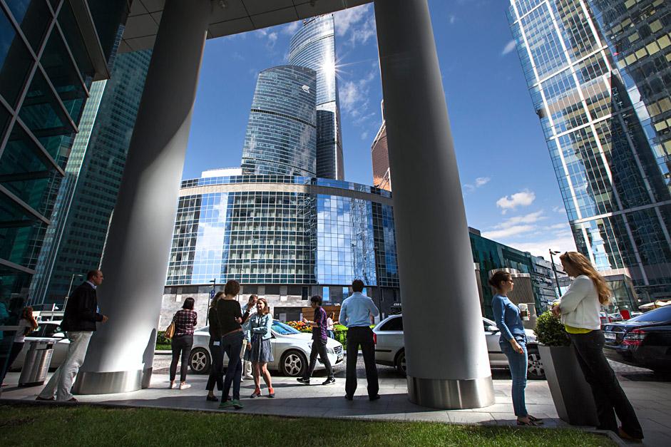 """Работници в офиса до небостъргачите """"Москва Сити""""."""