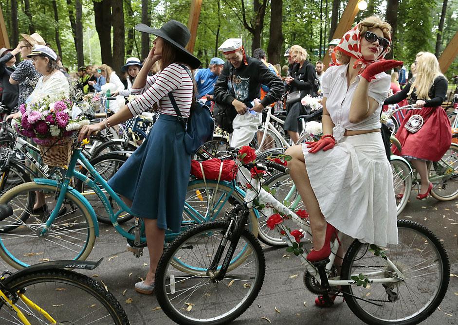 """Участници във велопарада """"Дами с велосипеди"""" в московския парк Соколники."""