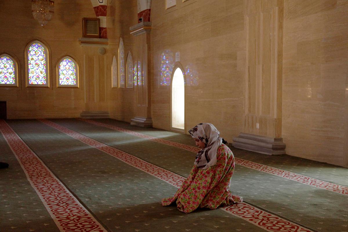 Seorang perempuan Chechen tengah melaksanakan ibadah salat di sebuah masjid.