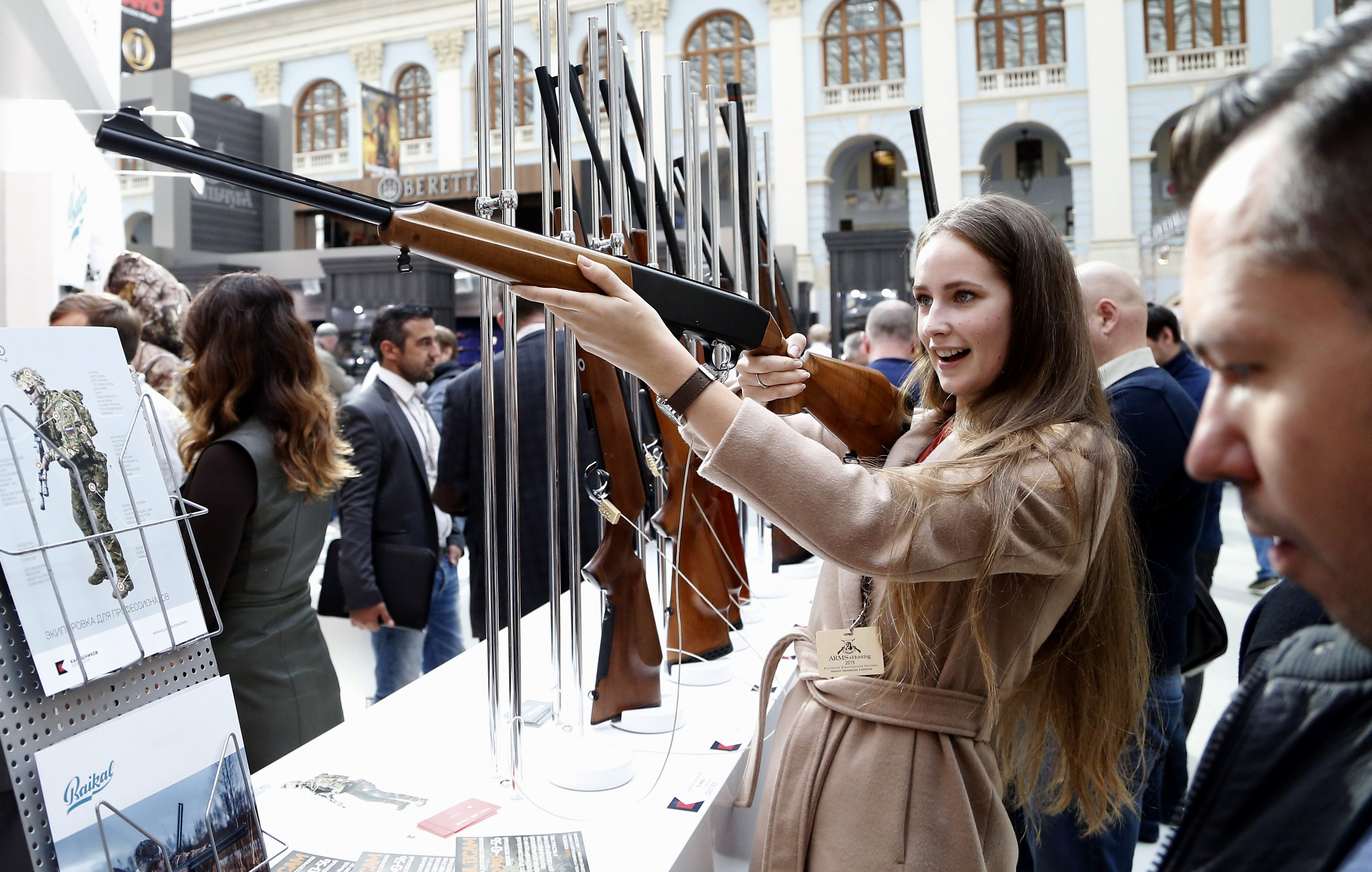 A visitor aims with a rifle on display at the Kalashnikov Grouppavilion during the ARMS & Hunting 2015 International Exhibition atthe Gostinniy Dvor exhibition centre in Moscow, Russia.