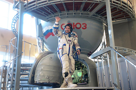 Crew of the 38th/39th long-haul expedition to the ISS: Commander Mikhail Tyurin (Russia, RSA) during an overall training and tests on the Soyuz TMA-11M simulator at the Cosmonaut Training Center in Zvyozdny Gorodok.