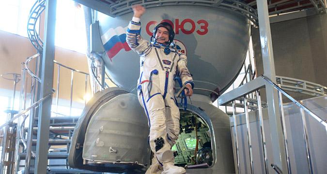 Kosmonot Mikhail Tyurin sedang berlatih di mesin pemutar TsF-18 di Pusat Pelatihan Kosmonot Gagarin.