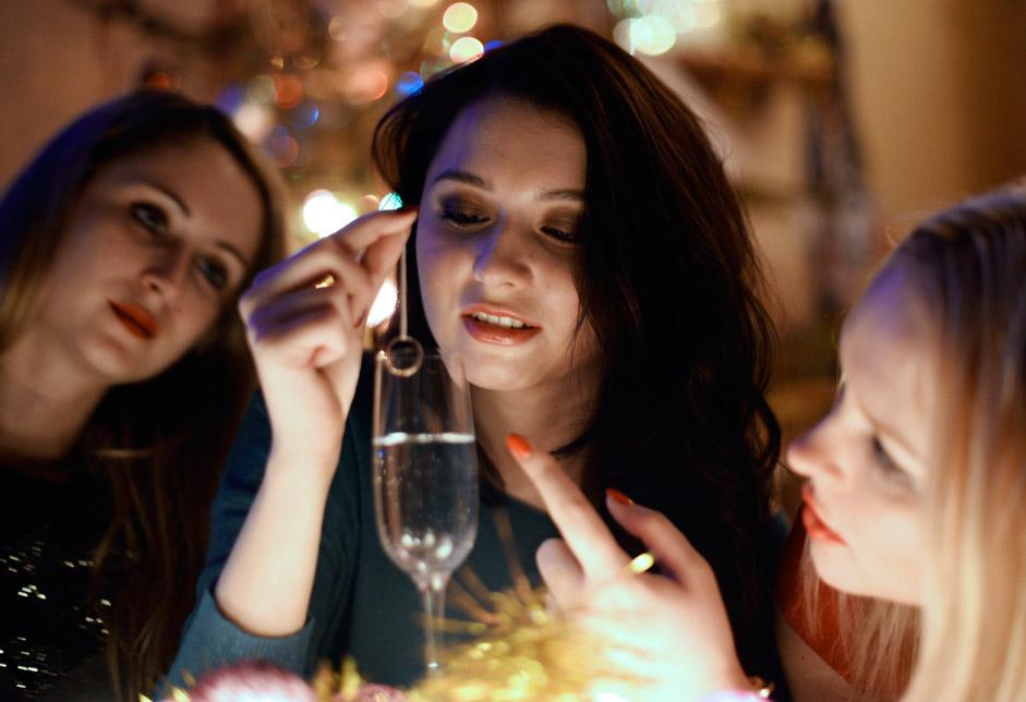 Россия. Владивосток. 13 января 2016. Девушки во время святочного гадания