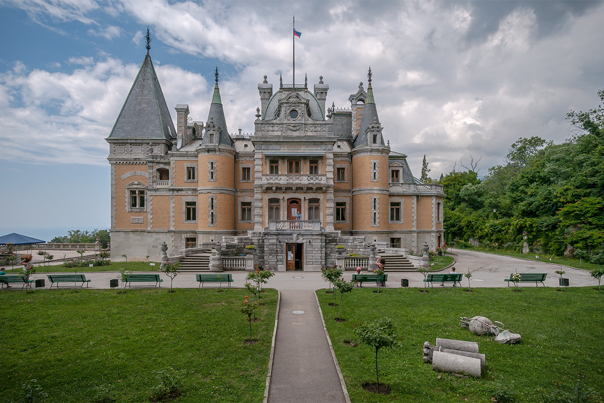 Massandra Palace in Crimea, a former tsarist residence and one of the most beautiful architectural monuments in Crimea, looks stunning and interesting to this day.Initially the castle was owned by the Vorontsov family. The owner Semen Vorontsov was a general under Alexander III and a member of a very famous and wealthy family, close to the tsar.