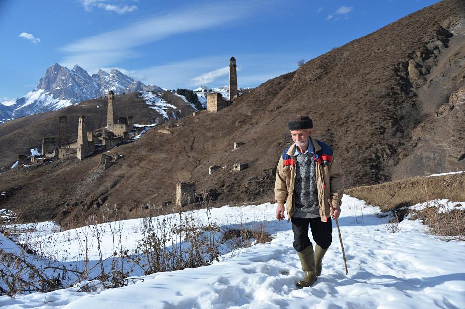Der 75-jährige Isropil Tschaniew ist der einzige Bewohner eines Dorfes, das sich neben den Wehrtürmen von Pjaling in Inguschetien befindet.