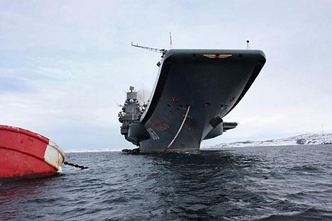 Kapal induk Laksamana Kuznetsov milik Armada Utara Rusia merapat di Severomorsk setelah misi di Samudra Atlantik dan Laut Tengah. Dokumentasi milik Layanan Kehumasan Angkatan Laut Rusia.