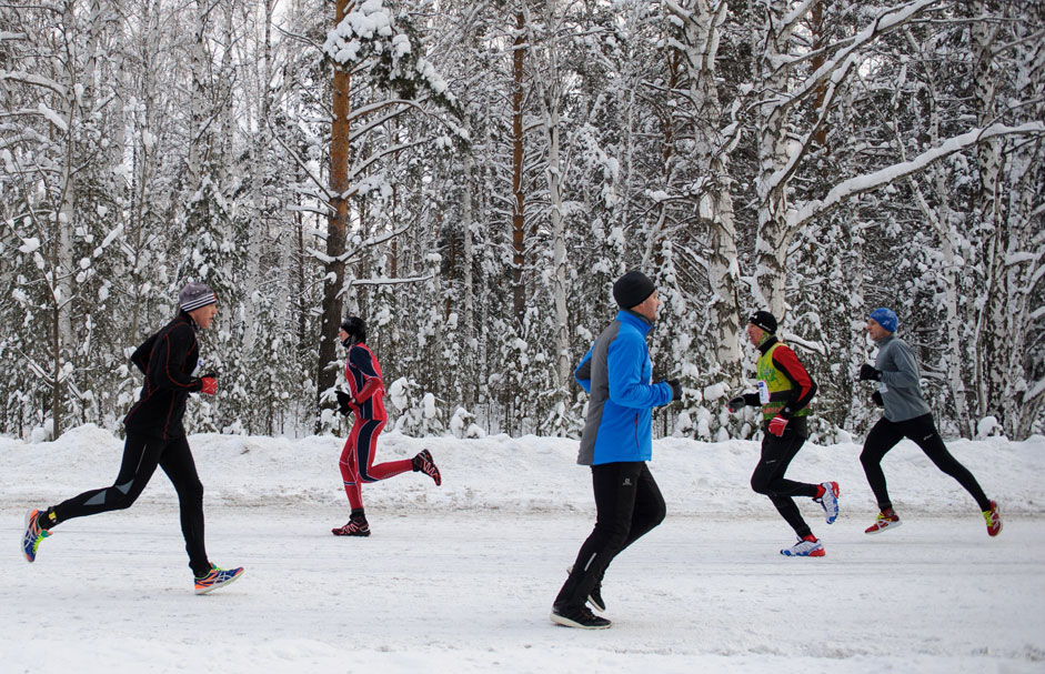 Teilnehmer des weihnachtlichen Halbmarathons in Jekaterinburg laufen von dem kleinen Ort Ganina Jama bis zum Pilgerzentrum.