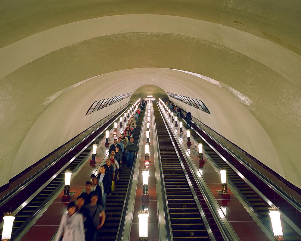 D'abord, le photographe a été impressionné par l'architecture, la lumière, les symboles post-soviétiques parsemés çà et là et, bien sûr, les gens et leur apparence - l'aspect visuel du métro de Moscou dans son ensemble.