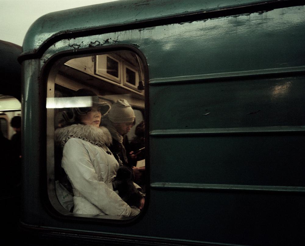 « J'étais à la recherche d'un projet photographique qui pourrait représenter la ville dans toute sa diversité. Les gens qui se croisent dans le métro proviennent de toutes les classes sociales », explique-t-il.