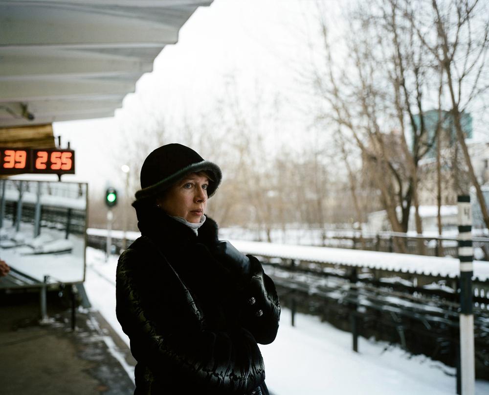 Tomer capture les splendides intérieurs du métro de Moscou, la lumière, les perspectives, les anciens, les jeunes… Tout et tous, du vétéran de l'Armée rouge à la belle jeune femme russe enveloppée d'un grand manteau de fourrure.