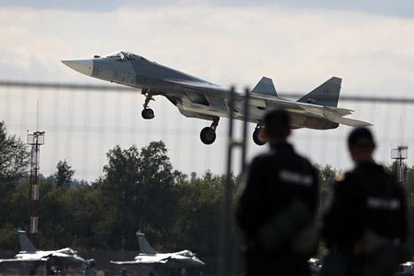 Jet tempur Sukhoi T-50 Rusia mendarat pada pembukaan Pertunjukan Udara MAKS di Zhukovsky, luar kota Moskow, 27 Agustus 2013.