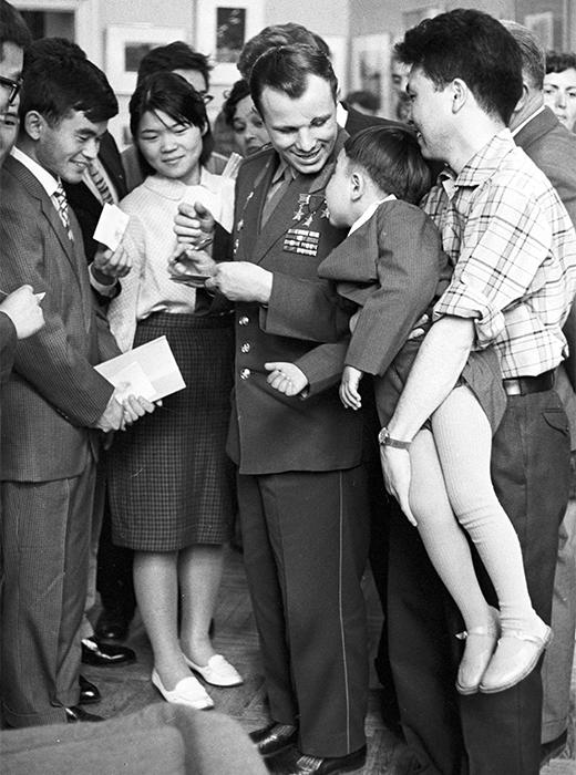 Il cosmonauta sovietico Yurij Gagarin durante un incontro con alcuni studenti
