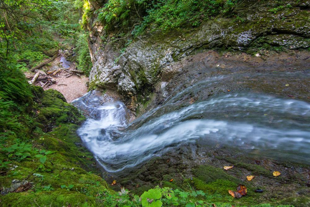La beauté sauvage de la chute d'eau de Chinarski est réservée aux randonneurs endurants. Elle se situe en effet bien au-delà des sentiers balisés.