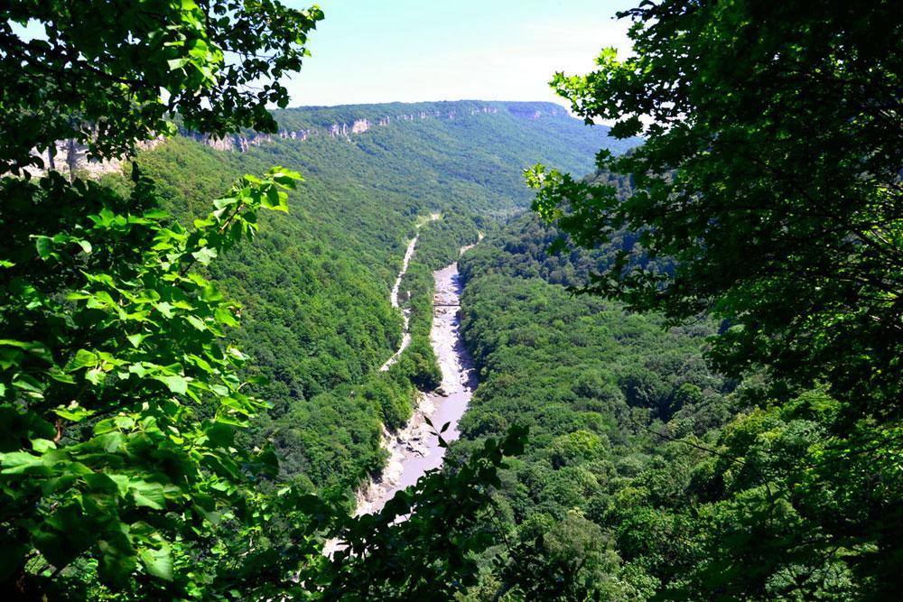 Située à environ 100 km au nord-est de Sotchi, le Roufabgo est l'une de ces rivières sinuant entre les hauteurs.