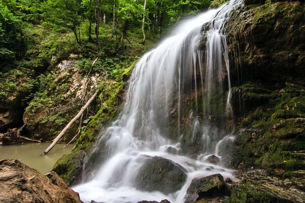 « Choum » (« Bruit ») est la première cascade du Roufabgo qui s'offre au touriste.