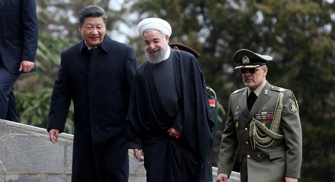 Presiden Tiongkok Xi Jinping (kiri) disambut oleh Presiden Iran Hassan Rouhani saat upacara penyambutan sang presiden di Istana Saadabad di Teheran, Iran.