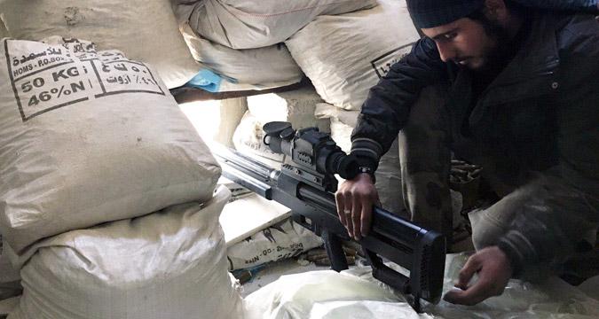 Seorang prajurit Tentara Suriah berada di garis depan selama perang melawan teroris di Darayya, sebuah kota di pinggiran Damaskus.
