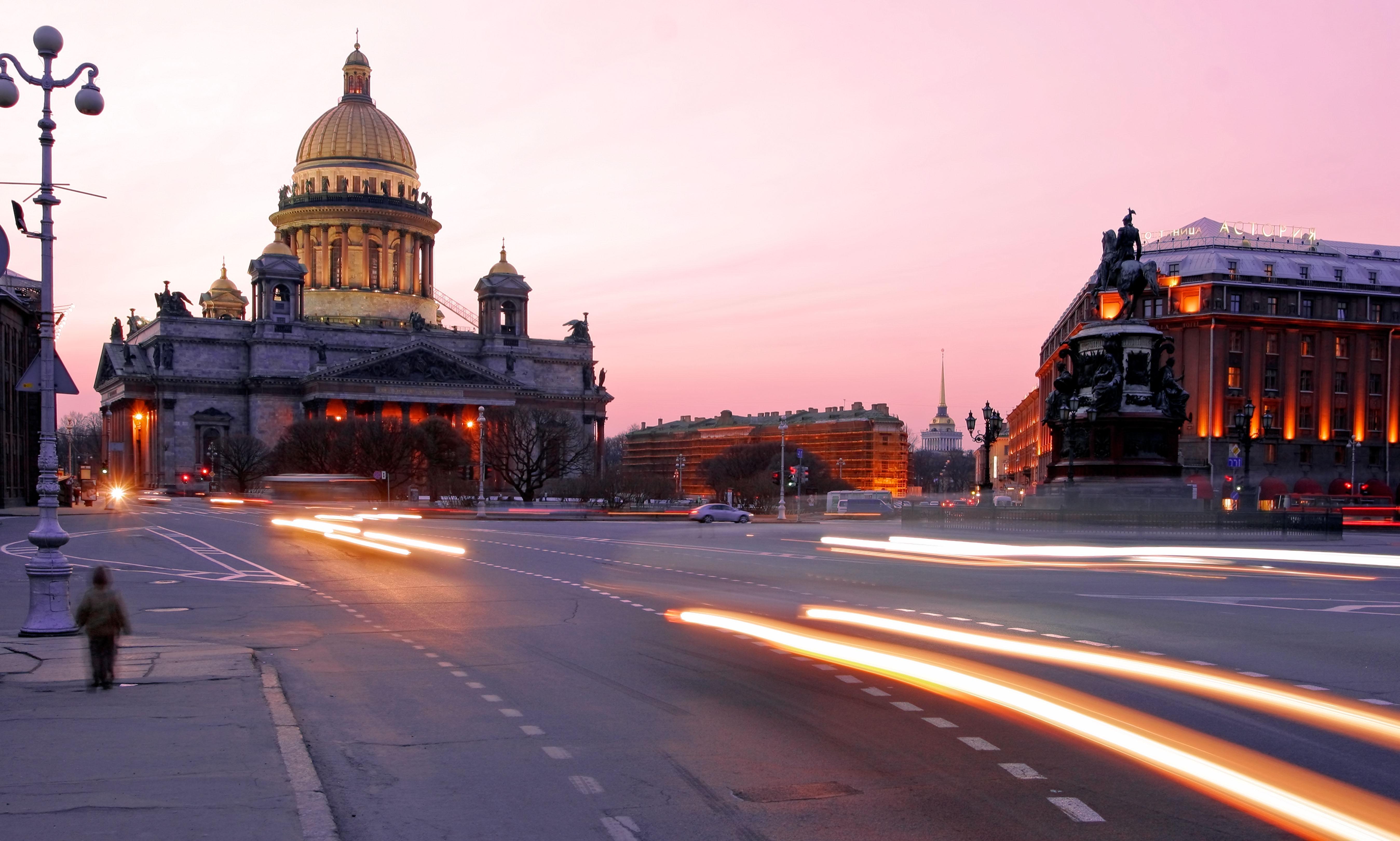 """Залез от катедралата """"Св. Исак"""" в Санкт Петербург."""