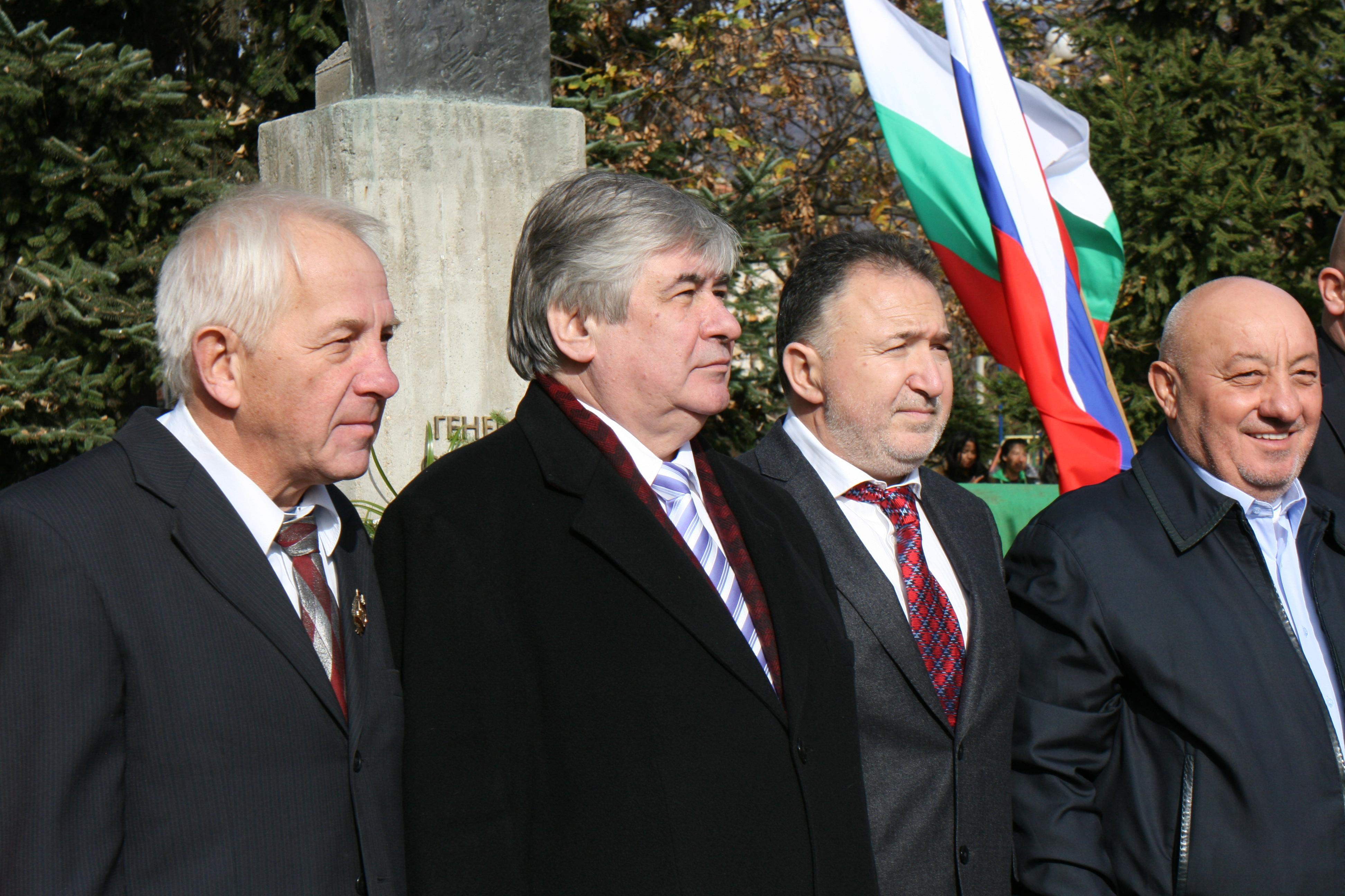 Н. Пр. Анатолий Макаров (втори от ляво надясно) пред паметника на генерал Николай Столетов в с. Столетово.
