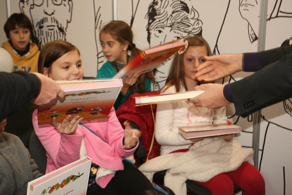 """Десетки деца получиха безплатно екземпляр от """"Български и руски приказки"""" на български и руски език."""