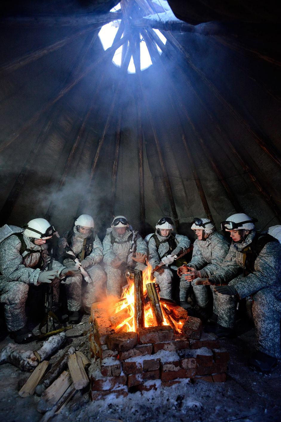 Die 80. motorisierte Schützenbrigade wärmt sich während einer Pause ihres Manövers auf. Sie sind im Dorf Alakurtti in der Oblast Murmansk stationiert.